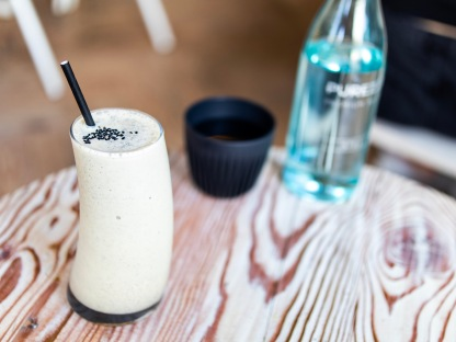 Auvers-cafe-black-sesame-frappe